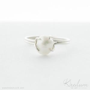 Osazení do krapen: stříbrný prsten s bílou perlou, velikost 56 - K 5409