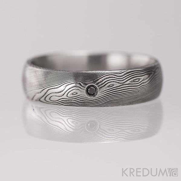 Ručně kovaný snubní prsten damasteel - PRIMA + černý diamant 1,7 mm