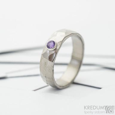 Natura titan a broušený ametyst vsazený do stříbra - lesklý - kovaný  snubní prsten - SK3702