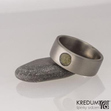 Prima titan a kámen natural - matný - kovaný snubní titanový prsten