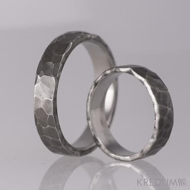 Kovaný nerezový snubní prsten - Draill tmavý - málo leštěný