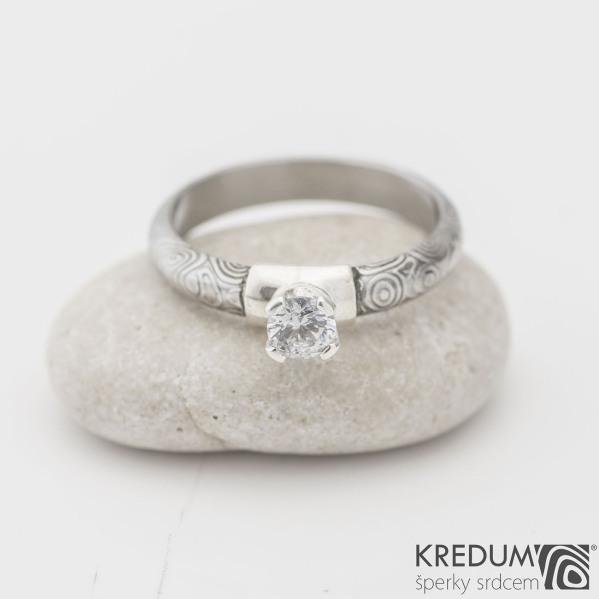 Prima Madame a broušený kámen v Ag, kolečka - Kovaný zásnubní prsten damasteel, SK1119
