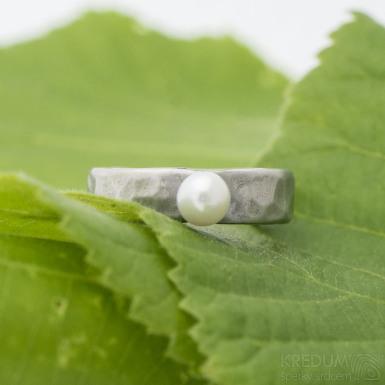 Natura s perlou - kovaný prsten z nerezové oceli - SK2697