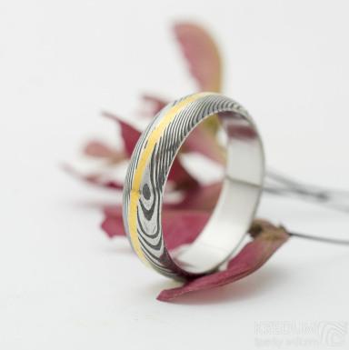 Golden line snubní prsten damsteel, struktura dřevo, lept 75% - zatmavený - velikost 53, šířka 5 mm, tloušťka stěny 1,5 mm, profil A