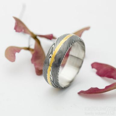 Golden line - snubní prsten damasteel, struktura dřevo, lept 75% - zatmavený,  velikost 58, šířka 7 mm, profil A - produkt SK2927