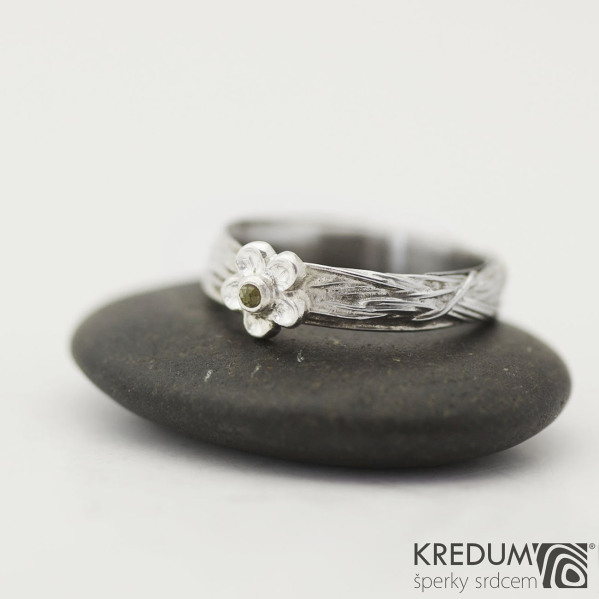Gordik Flower a broušený vltavín 1,5 mm - Motaný snubní prsten nerezový - velikost 54; šířka 4 mm