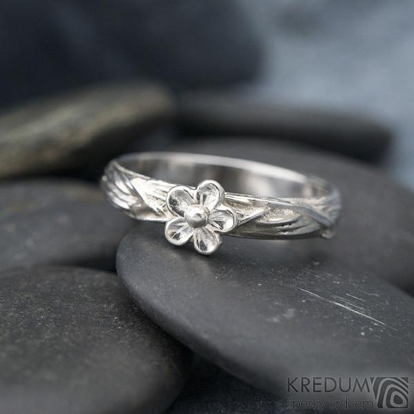 Gordik flower a stříbrná kytička průměr 6,5 mm - velikost 65, šířka 4 mm - Motaný zásnubní prsten - k 1302