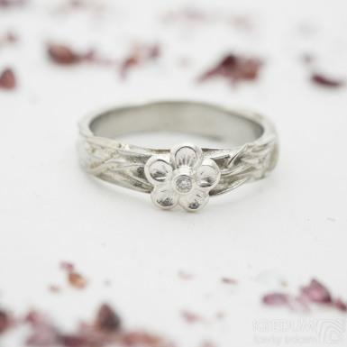 Gordik flower Ag s diamantem 1,5 mm - Motaný nerezový snubní prsten