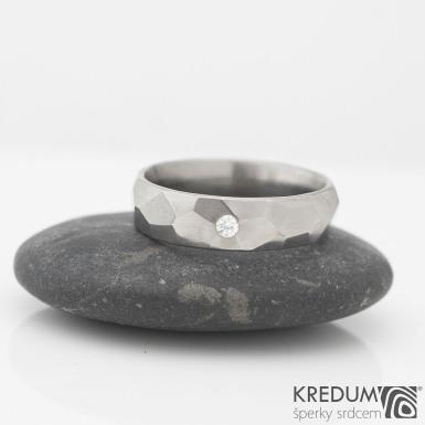 Rock titan lesklý a čirý diamant 2 mm - kovaný snubní prsten