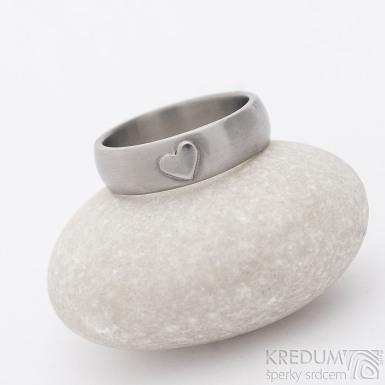 Prima titan a srdíčko - kovaný snubní prsten