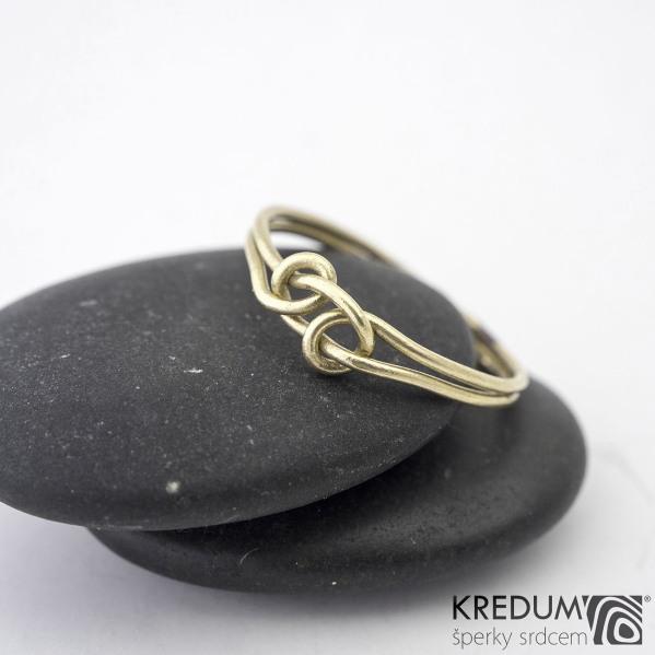 Loop Yellow - Zlatý snubní prsten - barva prstenu na fotografii je upravovaná