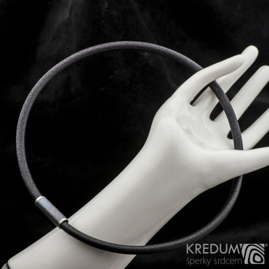 Kožený náhrdelník - Samuel černý - tmavý korálek s lesklými okraji