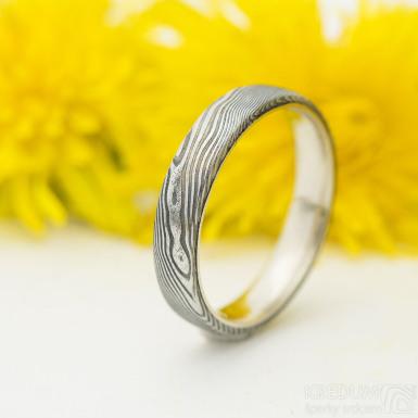 Orion white - Kombinace prstenu damasteel a zlato - velikost 57, šířka 4 mm, struktura dřevo, lept 75% - zatmavený, profil B