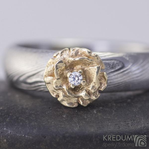 Prima damasteel, struktura dřevo + zlatá kytička se zirkonem 1,5 mm, velikost 50, šíře v hlavě 4,5 mm, do dlaně 3,8 mm - S1966