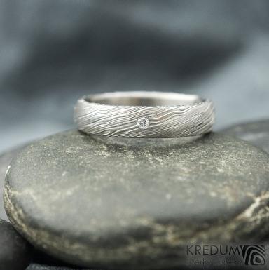 PRIMA a čirý diamant 1,5 mm - voda - Snubní prsten kovaná nerezová ocel damasteel