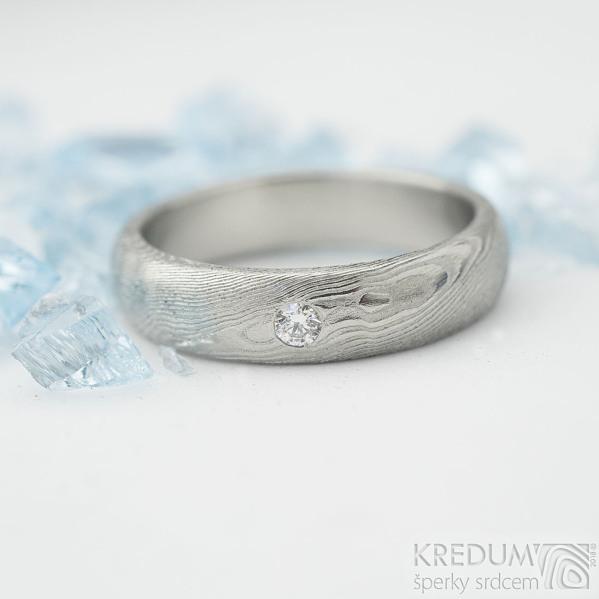 Prima a čirý diamant 2,3 mm - 53, šířka 4,5 mm, tloušťka 2 mm, dřevo, lept světlý střední, profil B - Damasteel zásnubní prsten - K 2095