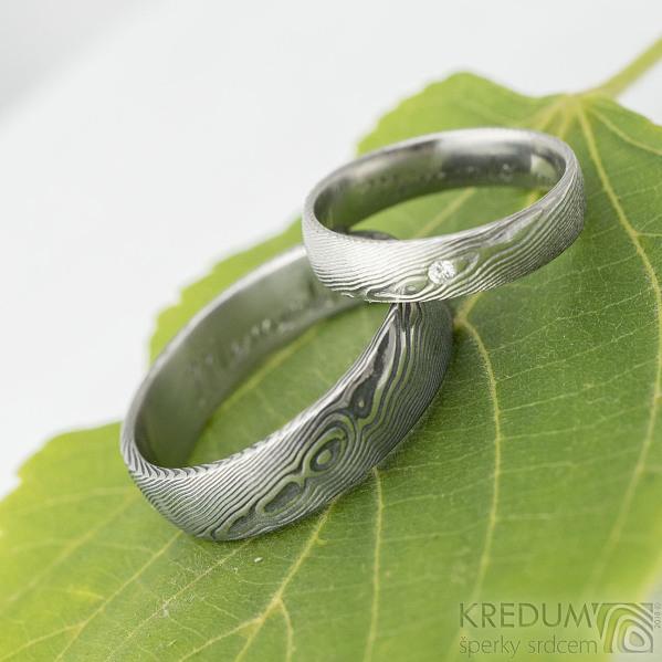 Prima a diamant 1,7 mm - 50,5, š 4,5 mm, dřevo 75% SV, E a Prima - 66, š 6 mm, dřevo 100% TM, B - Damasteel prsteny