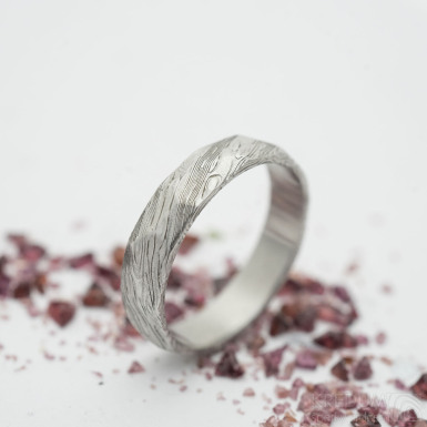 Rocksteel - damasteel snubní prsten, struktura voda - velikost 55; šířka 4,5 mm; tloušťka cca 1,5 mm; lept 75% - světlý - produkt SK2941