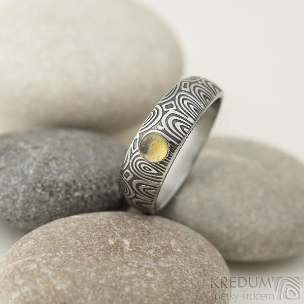 Siona a přírodní jantar, kolečka - 55, šířka 6 mm do dlaně 4 mm, lept 100% TM - Kovaný snubní prsten damasteel, SK2288 (2)