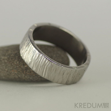 Wood světlý - velikost 61, šířka 7 mm, tloušťka 1,7 mm - Nerezové snubní prsteny, S1134