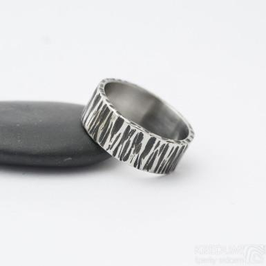 Wood tmavý - Kovaný nerezový snubní prsten, produkt SK3266 - velikost 57, šířka 7 mm, tloušťka 1,4 mm