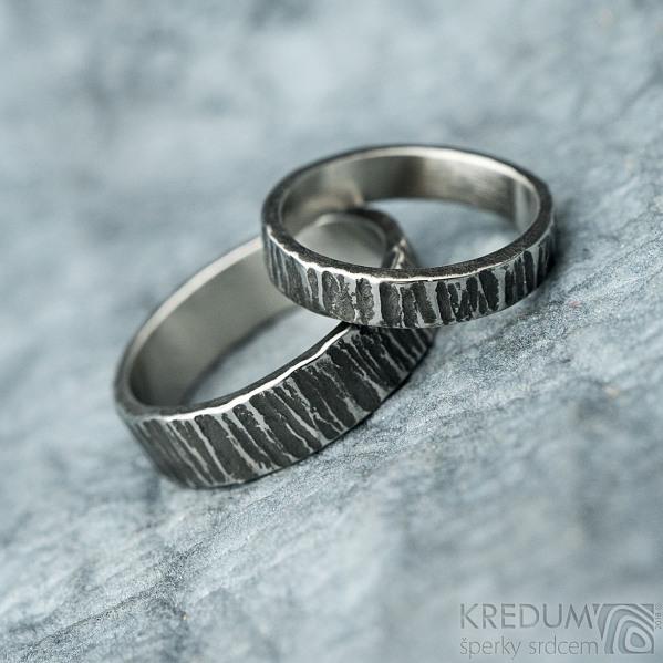 Wood tmavý - velikost 44, šířka 3 mm a velikost 53, šířka 5 mm - Nerezové snubní prsteny