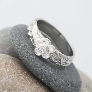 Gordik Flower a broušený moissanite o velikosti do 2 mm, velikost prstenu 57, šířka 5 mm, kytička stříbrná (ryzost 0,925) s průměrem cca 6 mm - k 2267